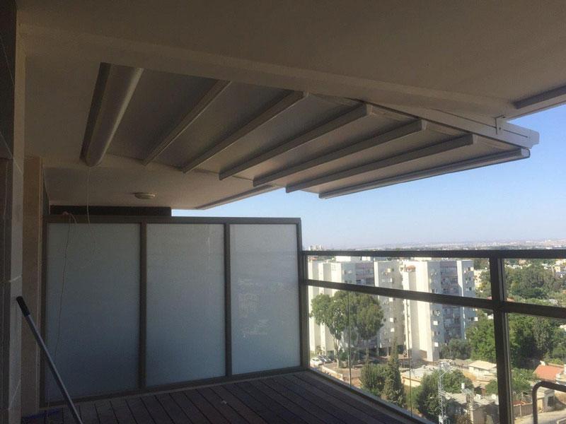 פרגולה תלוי למרפסת בבית